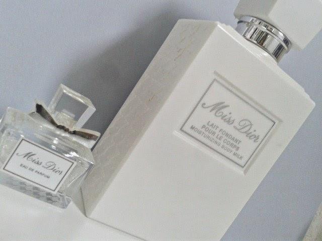 8aee46c960bf ... 1 échantillon tout mignon de l eau de parfum Miss Dior et 1 Full size,  du Lait Fondant Miss Dior. Ils tiennent vraiment très bien sur la peau et  l odeur ...