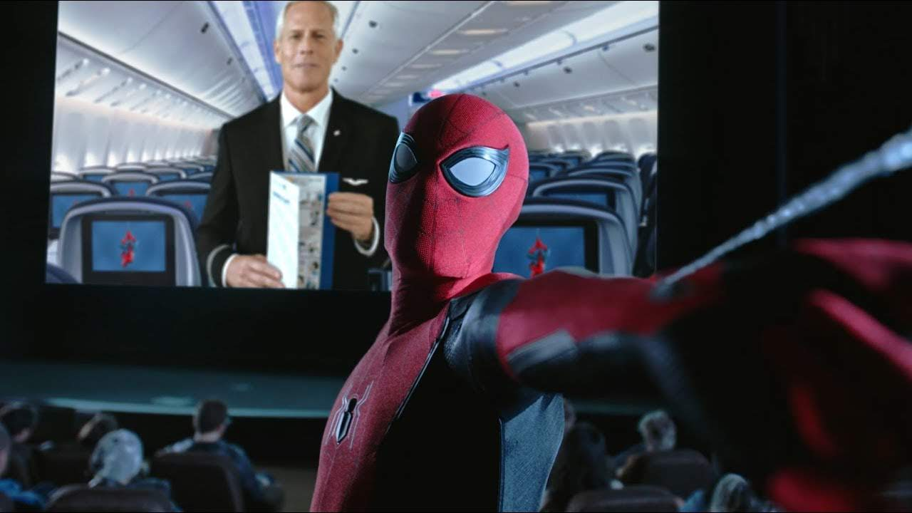 United Airlines Safety Video featuring Spider-Man : この夏、飛行機に乗って、家から遠出の「ファー・フロム・ホーム」する旅行者のために、スパイダーマンが機内での安全の取り組みを教えてくれる案内ビデオ ! ! - CIA Movie News