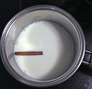 Calentar leche y canela