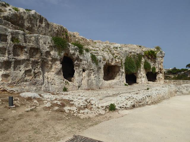 grotte sopra il teatro greco di siracusa
