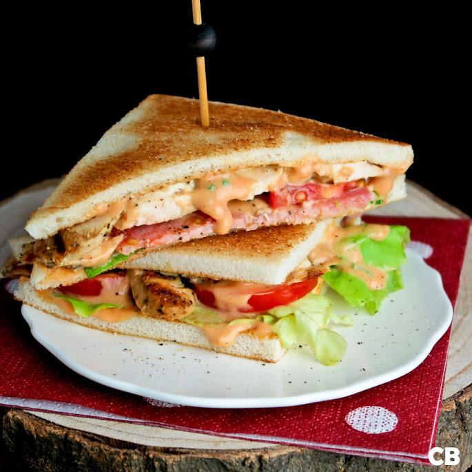 Recept Clubsandwich: met gegrilde kip, bacon, tomaten en twee snelle sausjes