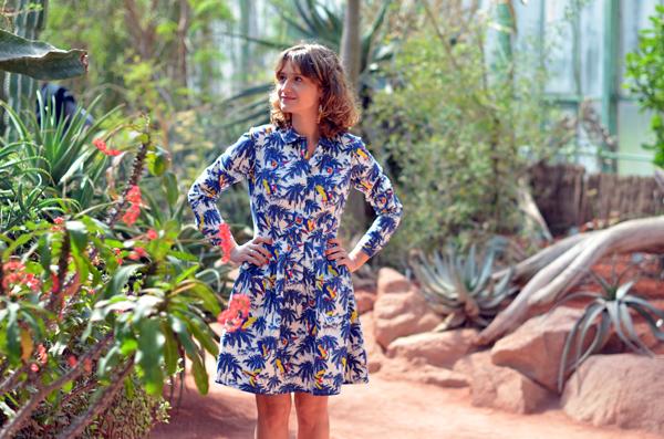 Look robe d'été aux motifs palmiers