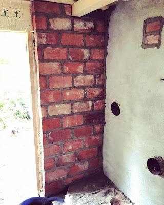 saunan seinä muurattu vanhoista tiilistä