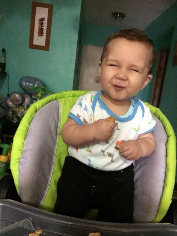 Fabian hijo comiendo otra galleta