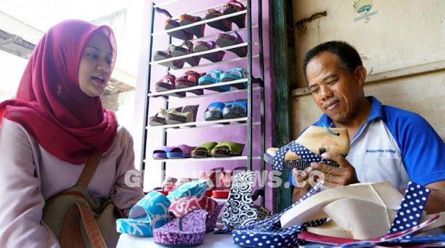 gresik24jam - Pengrajin di Gresik Kembangkan Klompen Batik Khas Jawa Timuran