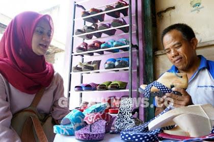Pengrajin di Gresik Kembangkan Klompen Batik Khas Jawa Timuran