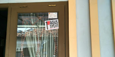 Banyak ditemukan stiker Agus-Sylvi di Balekambang yang tertempel di kaca rumah warga