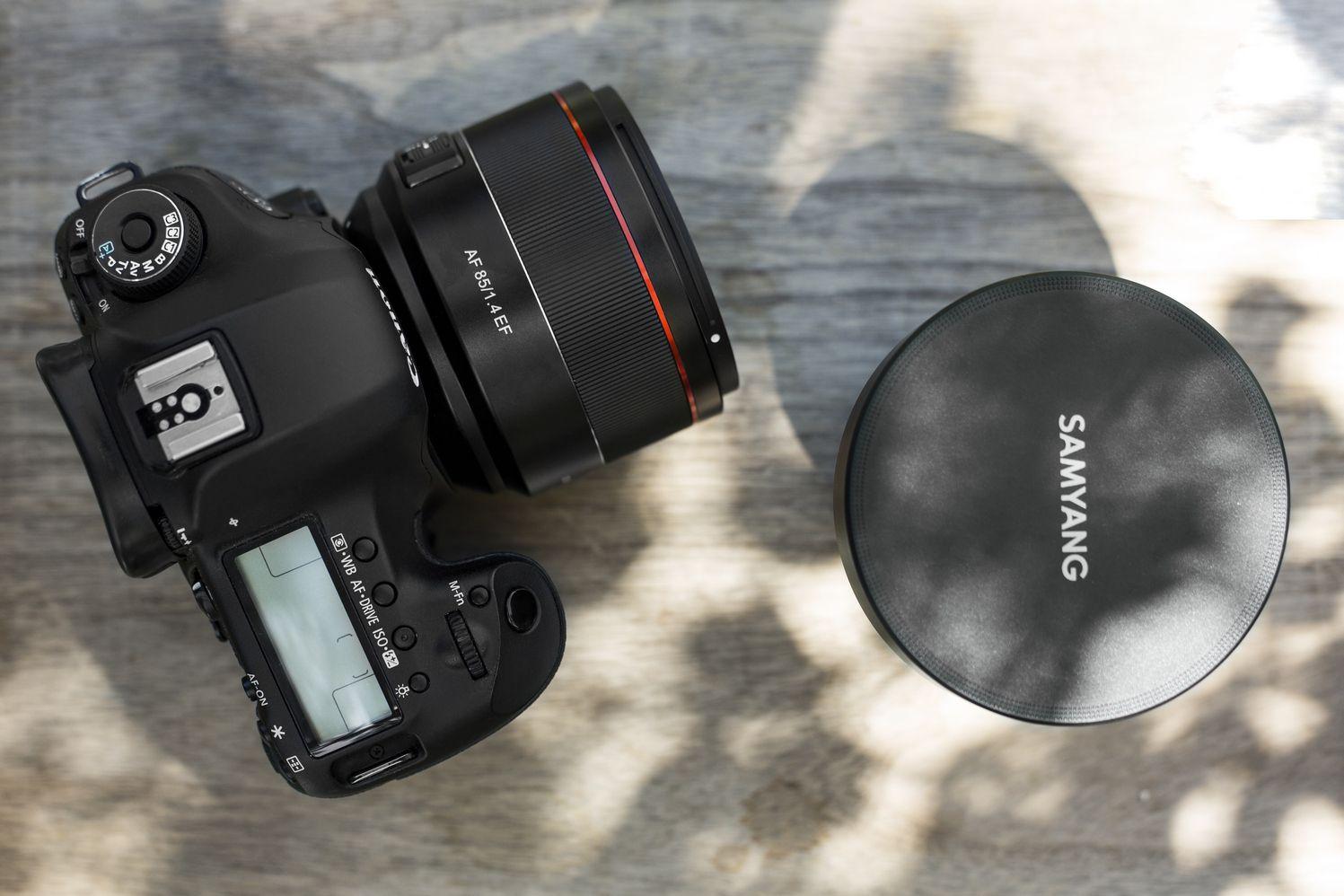 Объектив Samyang AF 85mm f/1.4 EF с камерой Canon
