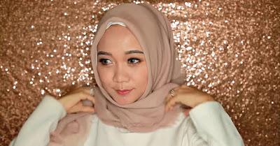 Ada banyak cara menggunakan hijab segi empat untuk wajah lingkaran biar anda terlihat pas dan  Cara menggunakan Hijab Segi Empat untuk Wajah Bulat