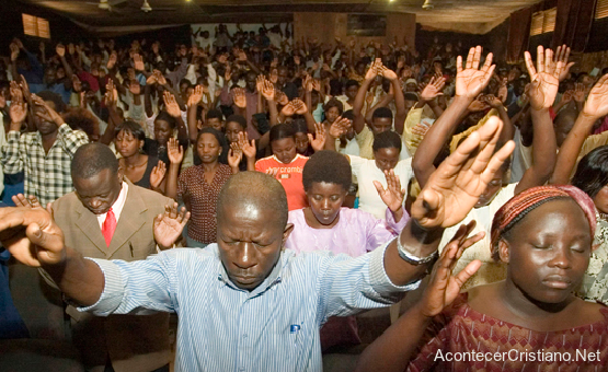 Cristianos nigerianos alabando a Dios en iglesia