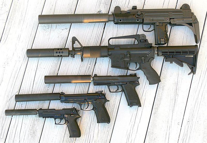 Fotografía de una serie de armas con supresores de sonido acoplados.