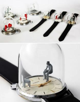Momentos en el tiempo figuras pequeñas balanceándose en manecillas de reloj.