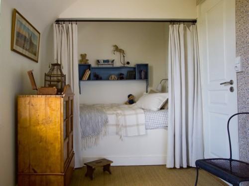Boiserie c 55 trucchi per arredare mini camere da letto - Trasformare letto in divano ...
