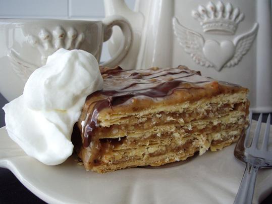 pastel de hojaldre y café
