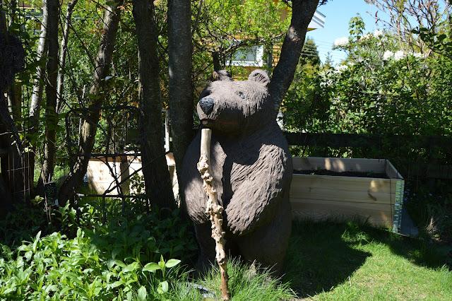 En solrik dag i Cornelias Verden - Bjørn skåret i tre passer på grønnsakene