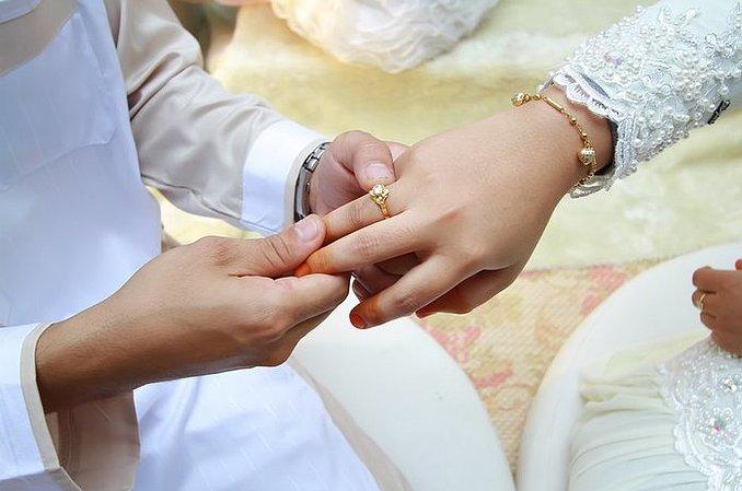 Spotyka się z osobą w związku małżeńskim
