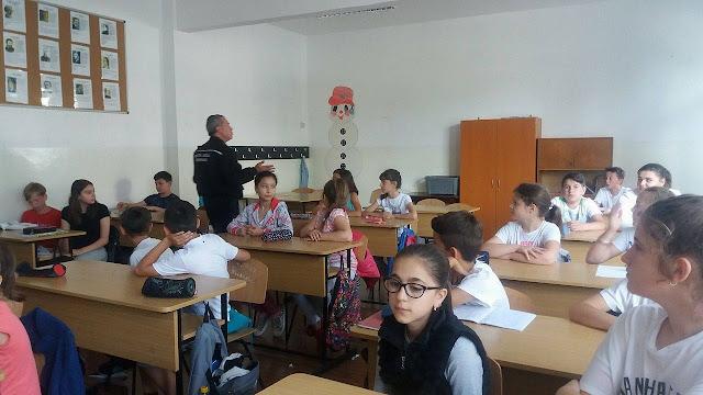 Polițiștii locali prezenți la Școala nr. 1 și 4 pentru a susține lecții de prevenire elevilor
