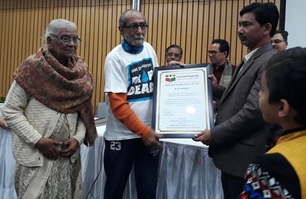 मो. अरशद खान को चतुर्थ हरिकृष्ण देवसरे पुरस्कार प्रदान करते आबिद सुरती