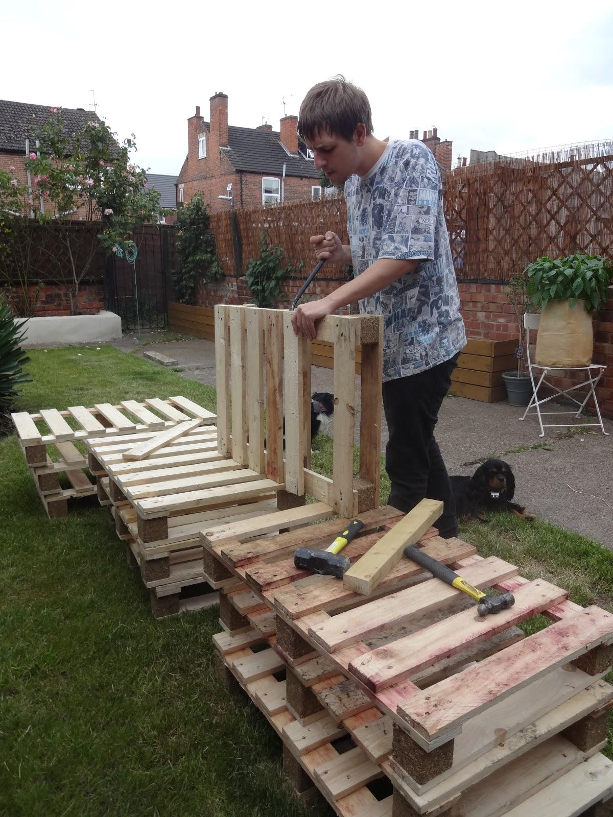 dismantling pallets DIY
