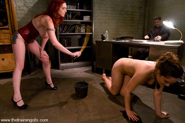 Prisonnière toute nue se fait humilier lors d'une séance d'interview par une interrogatrice lesbienne et sadique. BDSM