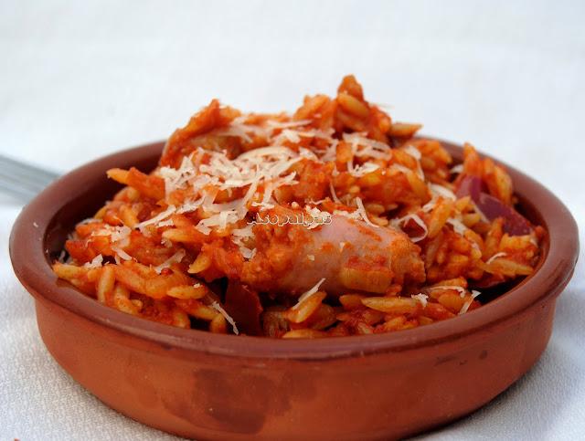 Pasta Orzo con Salchichas y Pimientos Rojos