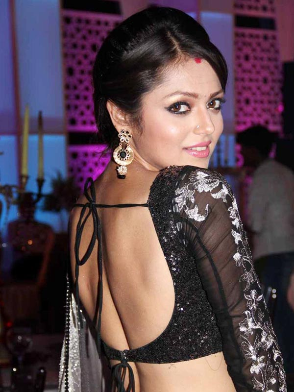 Drashti Dhami shwoing her backless still in black saree