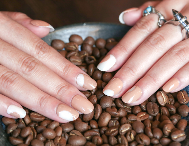 Journée nationale du café #NationalCoffeeDay manucure Sally Hansen