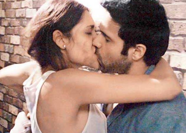 Esha Gupta's 20-minute kissing scene Video - You visit