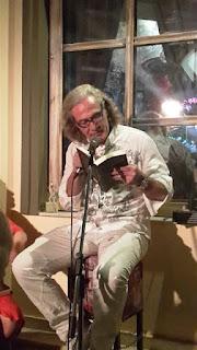 Ο Εσκενάζυ διαβάζει απόσπασμα από το βιβλίο