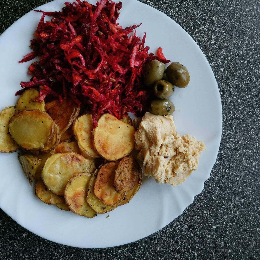 Pečené brambory se salátem z červené řepy