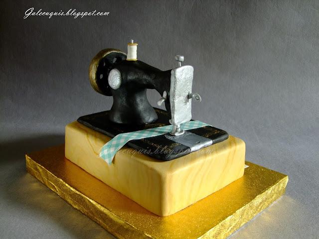 Máquina de coser modelada sobre tarta de fondant