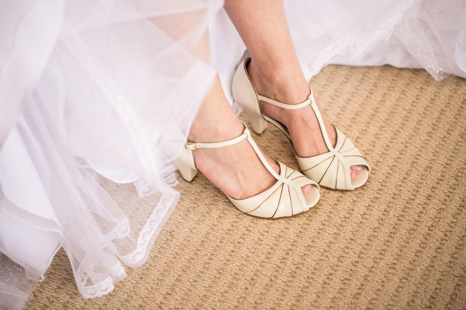 67172cfa2 A coleção noivas da designer de sapatos Juliana Bicudo. Aqui estão alguns  modelos lindíssimos que escolhi para vocês. Uma pegada retrô que muitas  noivas ...