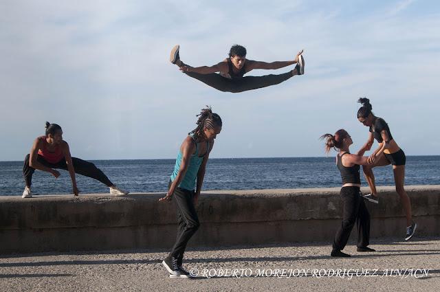 Presentación de la Compañía de Danza Contemporánea de Rosario Cárdenas  durante la realización de un pasacalles en el marco del XVI Festival Internacional de Teatro de La Habana, en el Malecón de la capital de Cuba, el 25 de octubre de 2015.