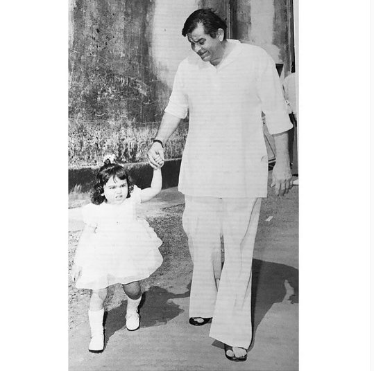 Childhood Photo of Karisma Kapoor with Raj Kapoor