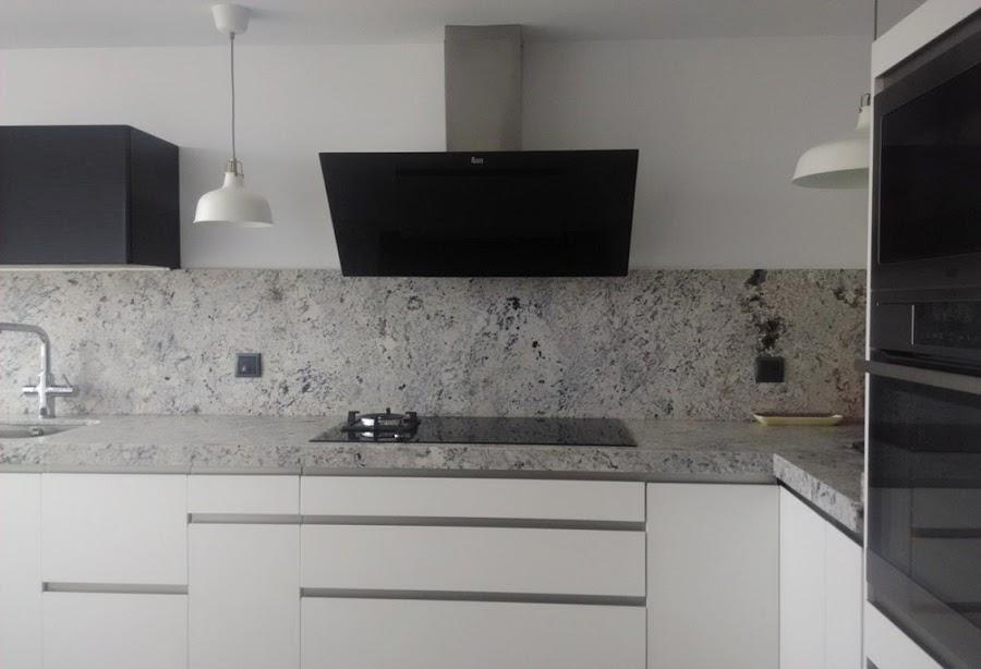 Cocinas lacadas Cocina blanca encimera granito negra