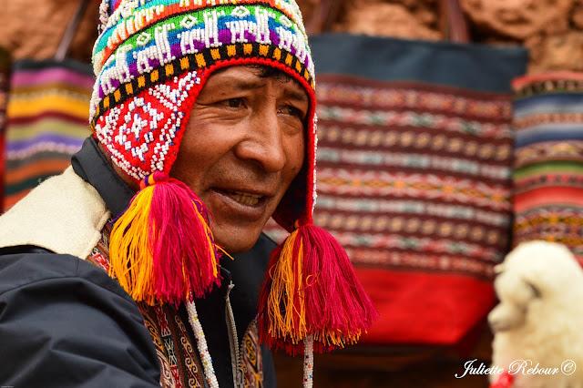 Péruvien et son chulyo au Pérou