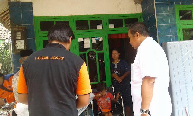 Disaksikan Camat Bangsalsari, Team menyerahkan Kursi Roda ke ananda Ahmad Fauzi