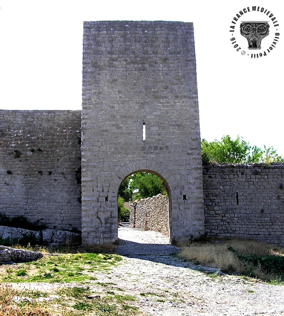 SAINT-JULIEN-LE-MONTAGNIER (83) - Les remparts