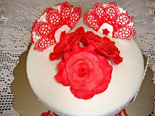 Vista cenital tarta rosas y abanicos