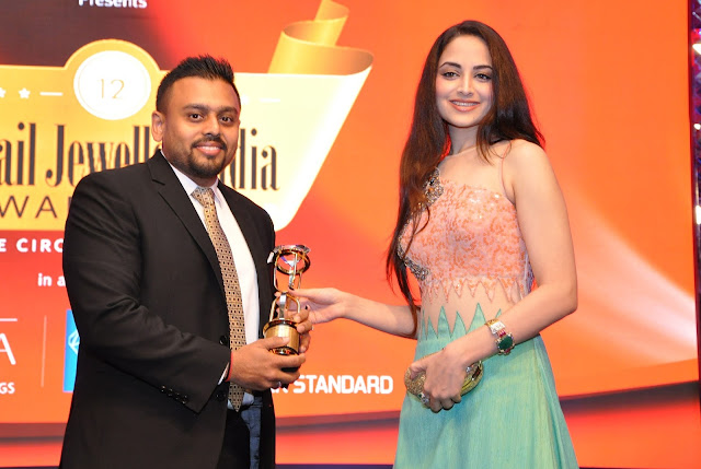 Mr. Ketan Chokshi of Narayan Jewellers receiving Blogger's Choice Award- Vivah by Model & Actress Zoya Afroz at Retail Jeweller India Awards