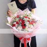 rangkaian bunga mawar untuk wisuda, carnation hand bouquet, hand bouquet dendrobium,