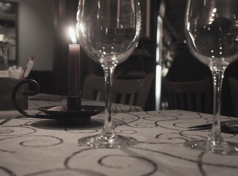 vesilasit ja tunnelmallinen kynttilä