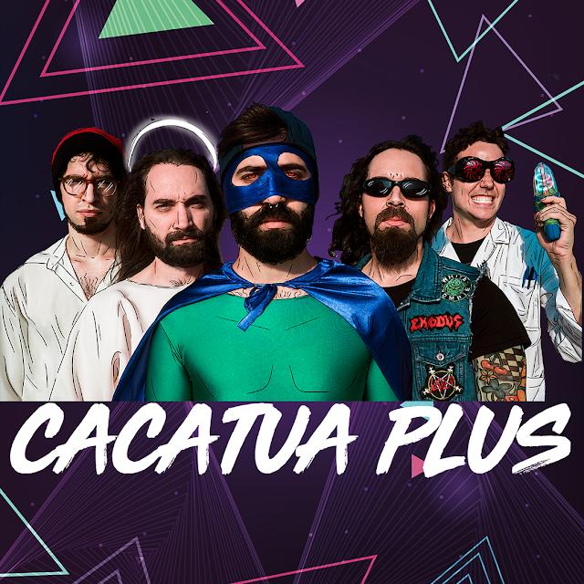 Fondo morado oscuro con figuras triangulares coloridas y el logotipo de la banda Cacatua Plus y una imagen de sus integrantes en medio