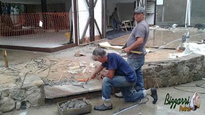 Bizzarri executando a escada de pedra Carranca tipo cacão de pedra com os espelhos com chapas de pedra moledo.