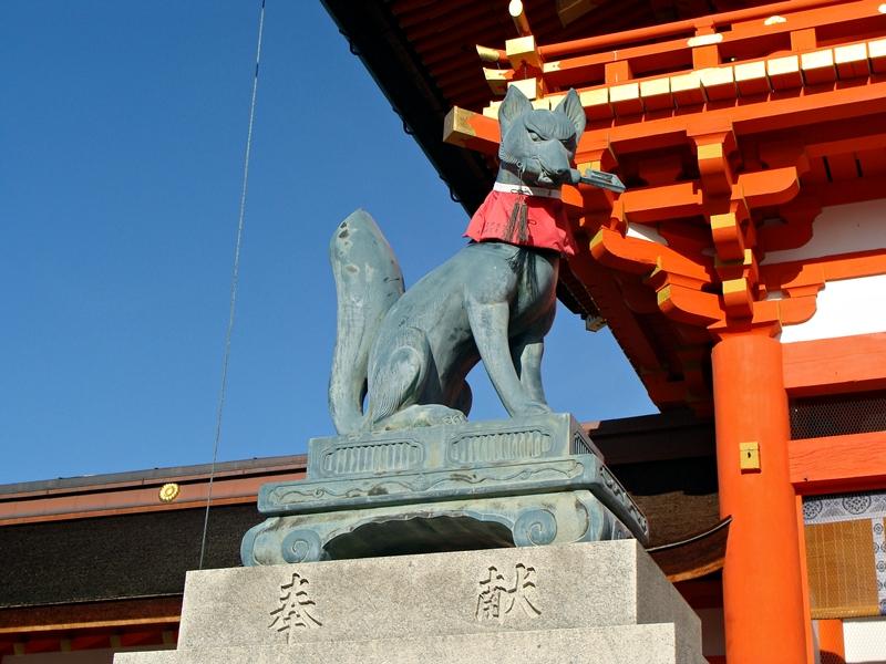Fuchsstatue vor dem Fushimi Inari Taisha, Kyoto