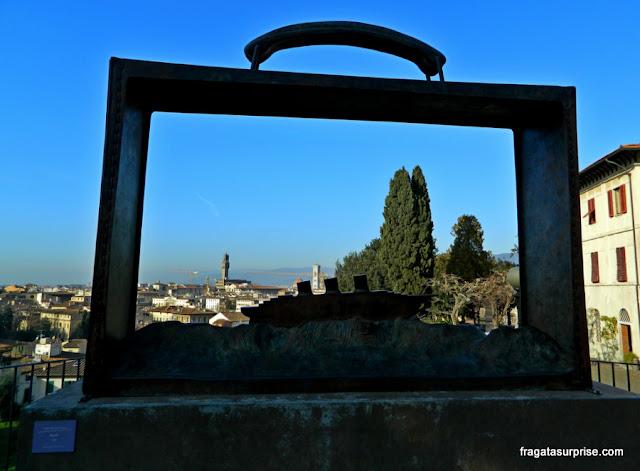 Partir, escultura de Jean-Michel Folon no Jardim das Rosas de Florença
