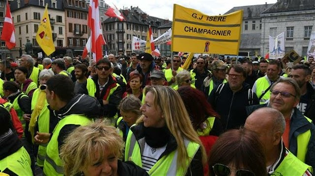Hundreds march in Paris for 25th Yellow Vests protest
