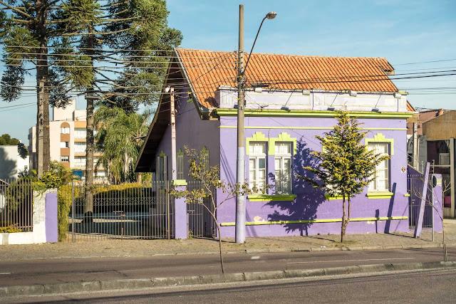 Uma simpática casa lilás e verde