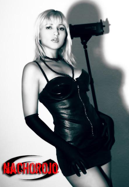 escort posando en estudio fotografía en blanco y negro