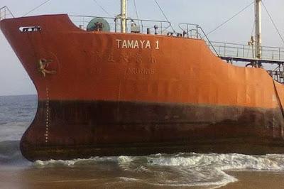 Misterioso Navio tanque aparece sem tripulantes em uma praia remota